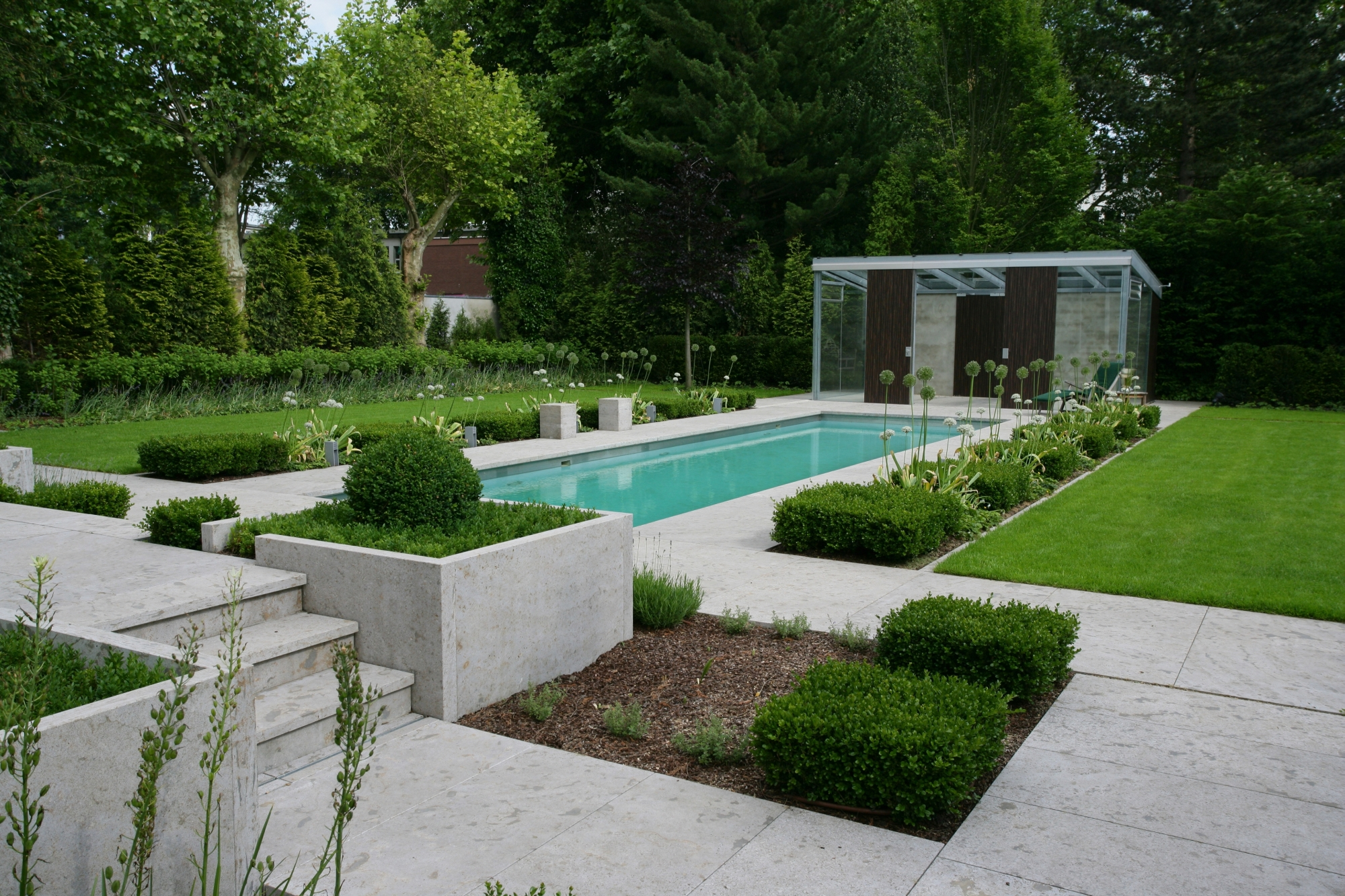 Le living pool de biotop les piscines traditionnelles se for Jardin designer